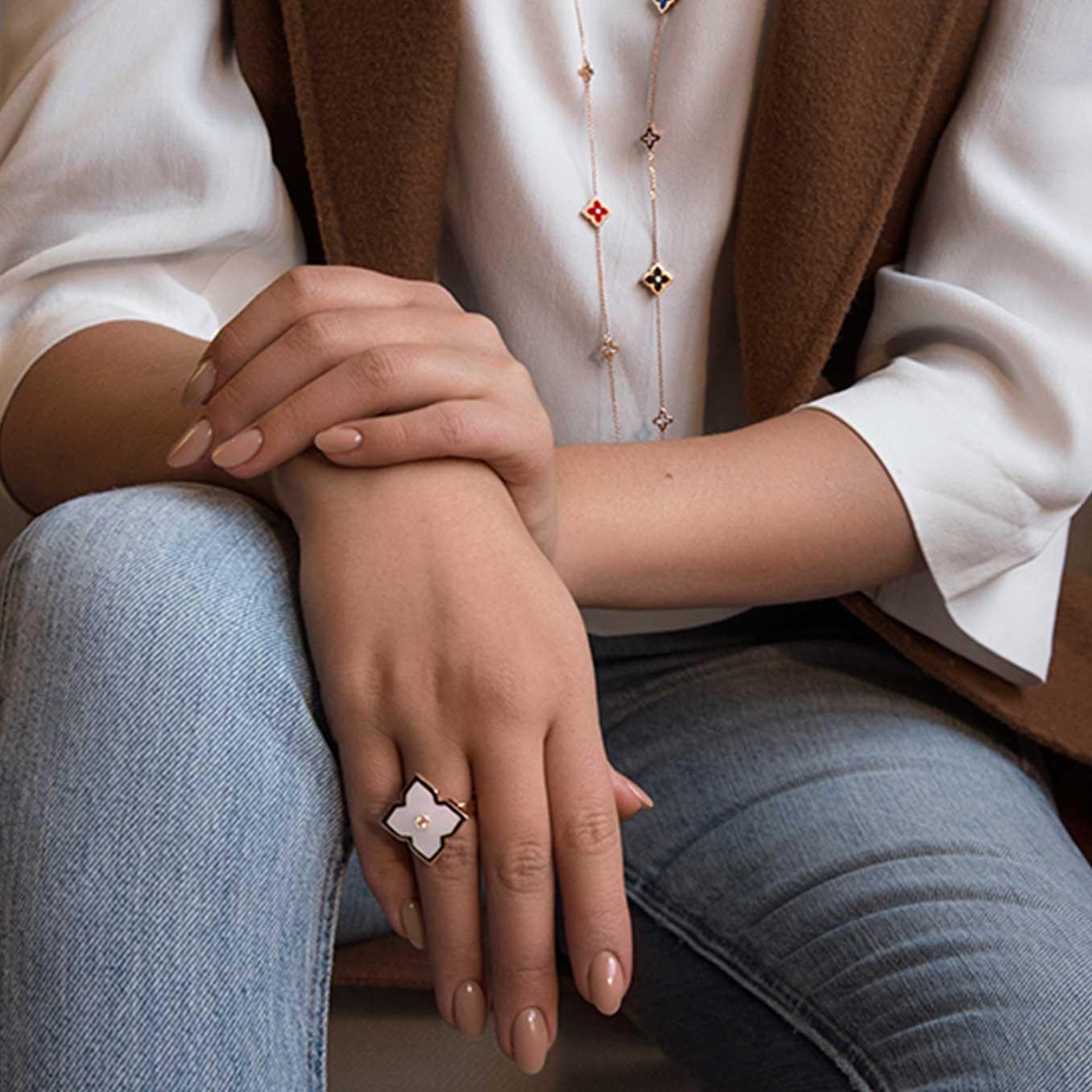 sautoir et bague zeyna blanche or et diamants portés par mannequin mounier bouvard