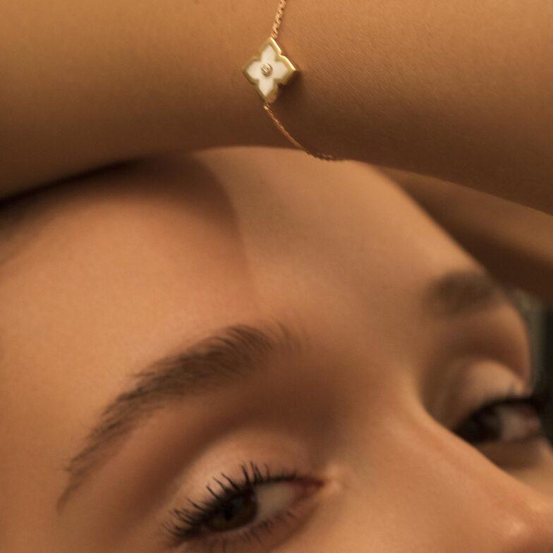 jeune femme portant bracelet zeyna blanc en or mounier bouvar